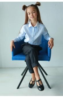 Блакитна сорочка з білим комірцем