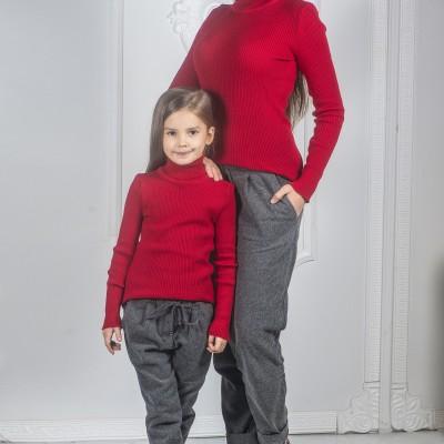 Вязаные гольфы для мамы и дочки красные