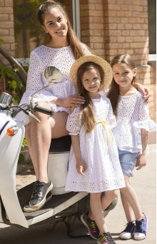 Блузы для мамы и дочки из белого вышитого батиста