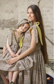 Цветочные сарафаны для мамы и дочери желто-синие
